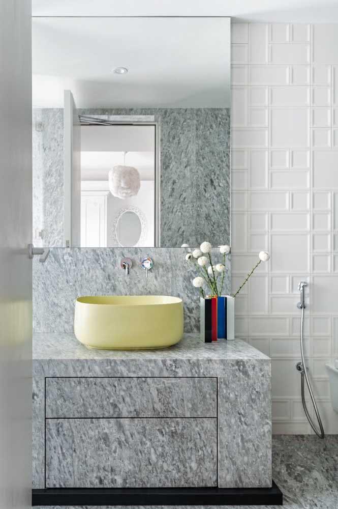 Parede com textura geométrica no material de gesso utilizado como revestimento.