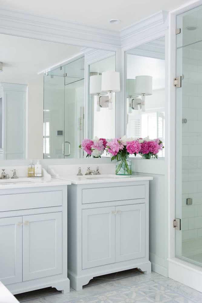Como valorizar um banheiro branco? Com um arranjo de peônias cor de rosa