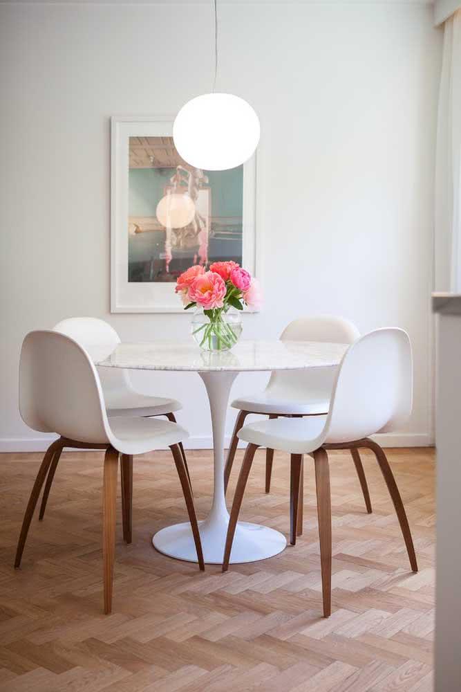 Peônia rosa e laranja em contraste na sala de jantar branca