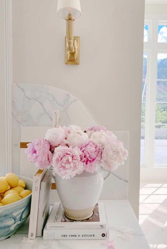O vaso de cerâmica traz ainda mais sofisticação para o arranjo de peônias