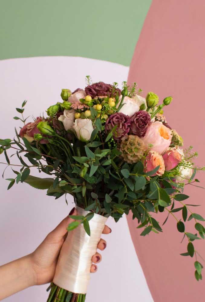 Buquê de noiva feito com peônias e rosas: um show de cores, perfumes e texturas