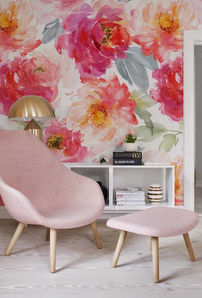 Peônias coloridas e pinceladas na parede: sempre dá para inovar no jeito de usar a flor na decoração