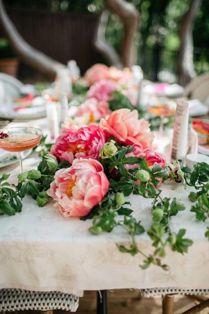 Peônias no centro da mesa posta: pura sofisticação para seu evento
