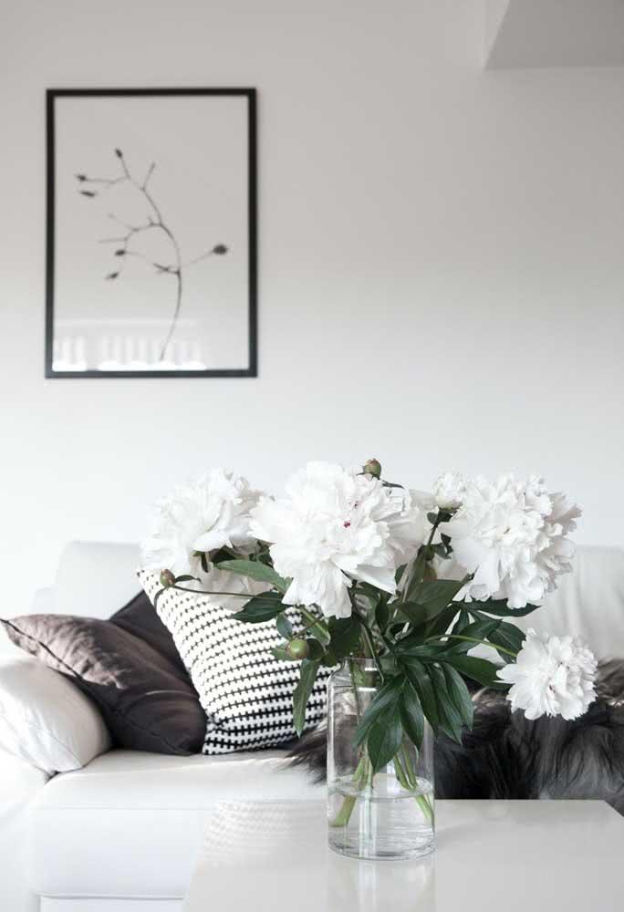 Peônias brancas para completar a decoração moderna e minimalista
