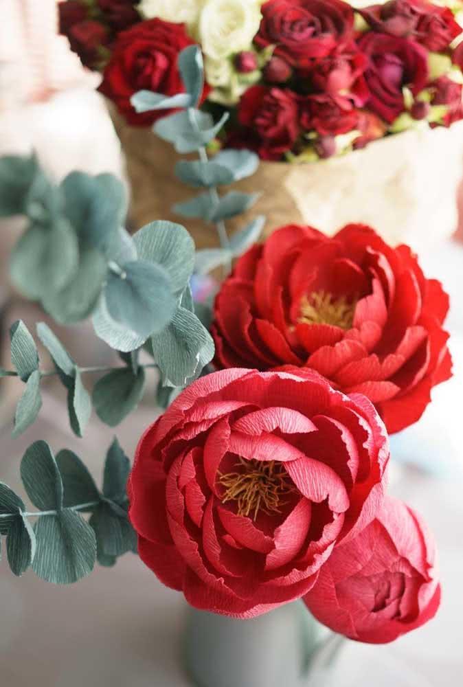 Peônias vermelhas de papel: uma ótima maneira de ter a flor por mais tempo na decoração