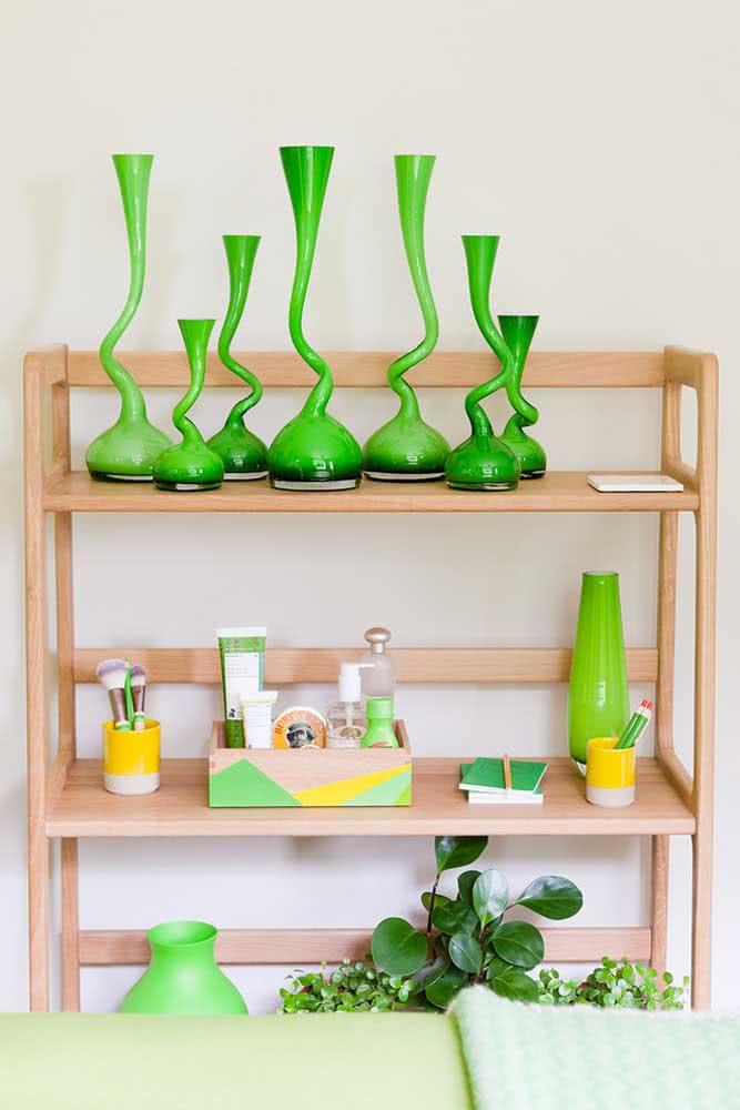 O verde, seja das peperômias, seja dos objetos, garante um toque de frescor na decoração