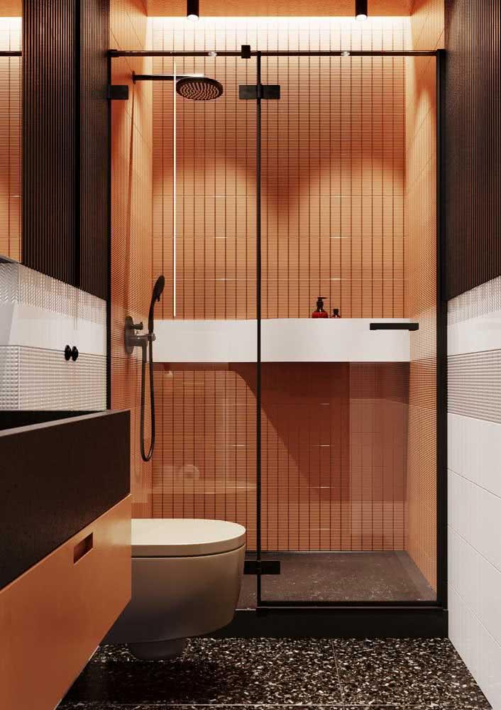 Revestimentos em tom de laranja para um banheiro moderno