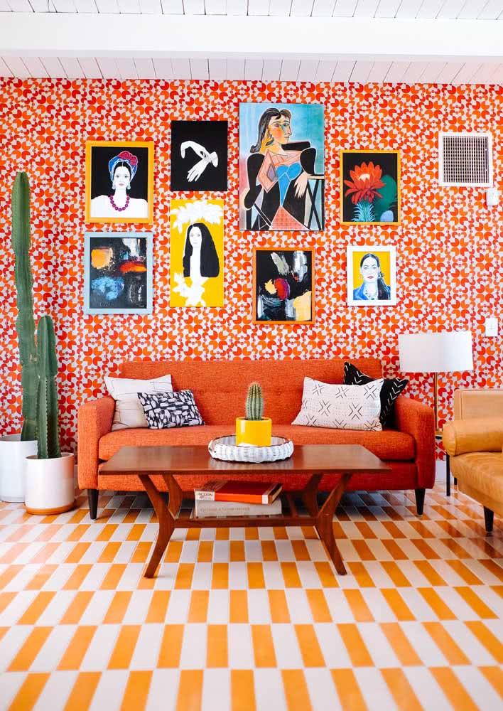 Diversos tons de laranja aquecem a sala de estar contemporânea