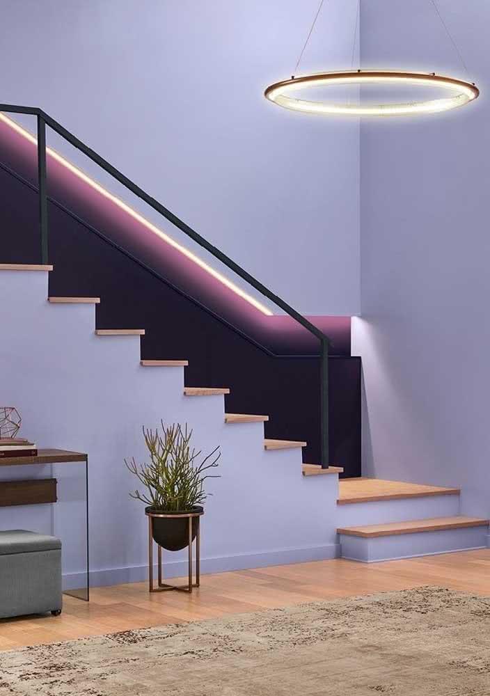 Duas tonalidades de roxo se unem para criar esse ambiente convidativo