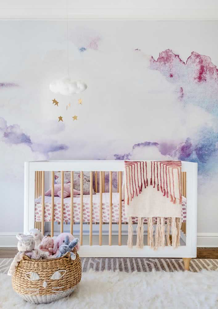 Tons delicados de roxo e rosa decoram esse quarto de bebê