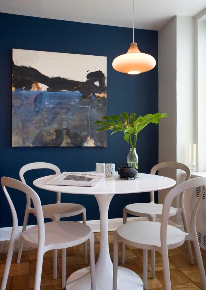 Azul escuro inspira sofisticação na sala de jantar