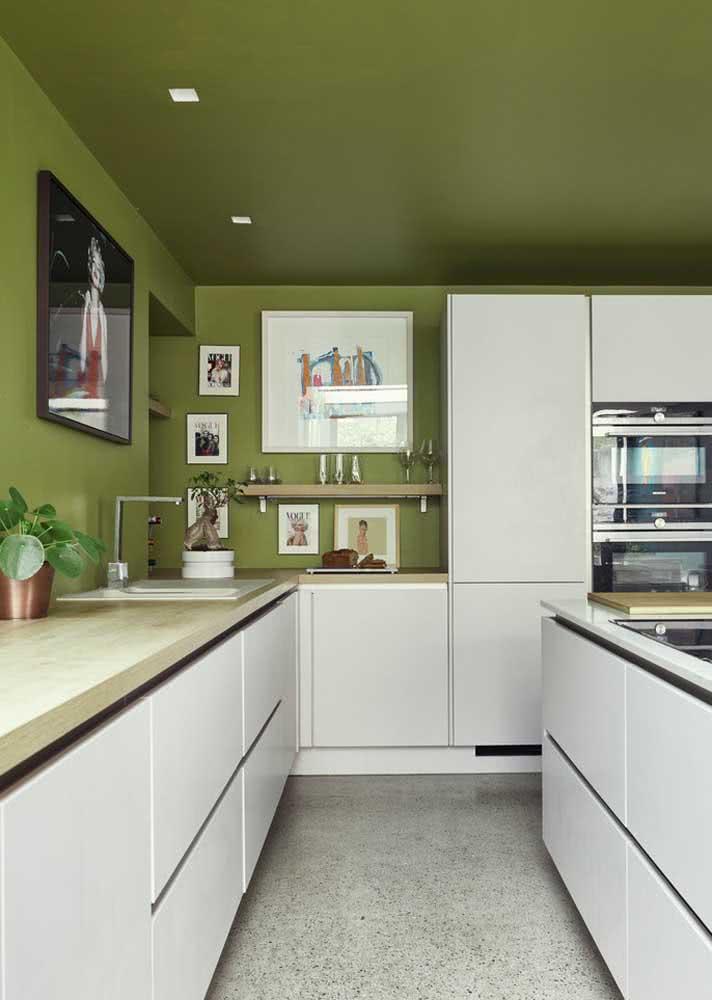 Verde nas paredes e no teto em contraste com o branco
