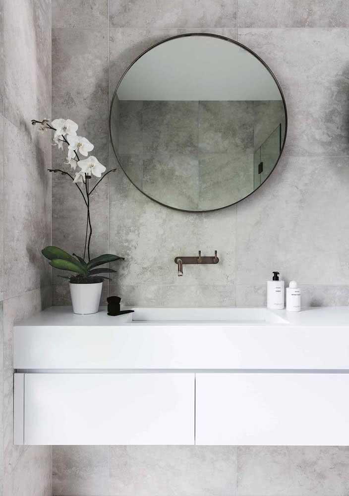 Banheiro cinza e moderno