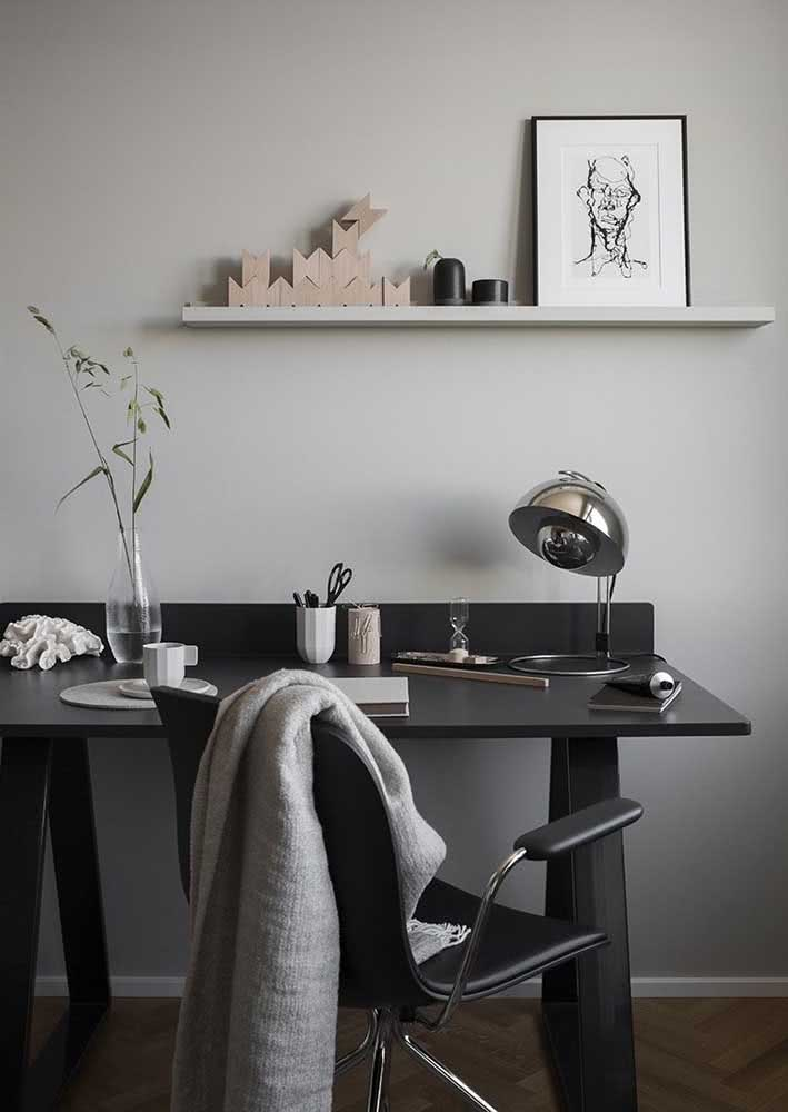 Mesa preta e parede cinza