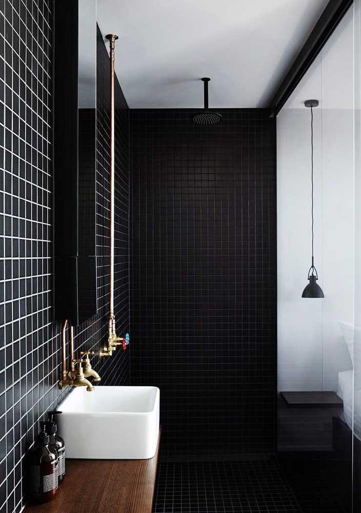Os detalhes dourados trazem sofisticação ao banheiro preto