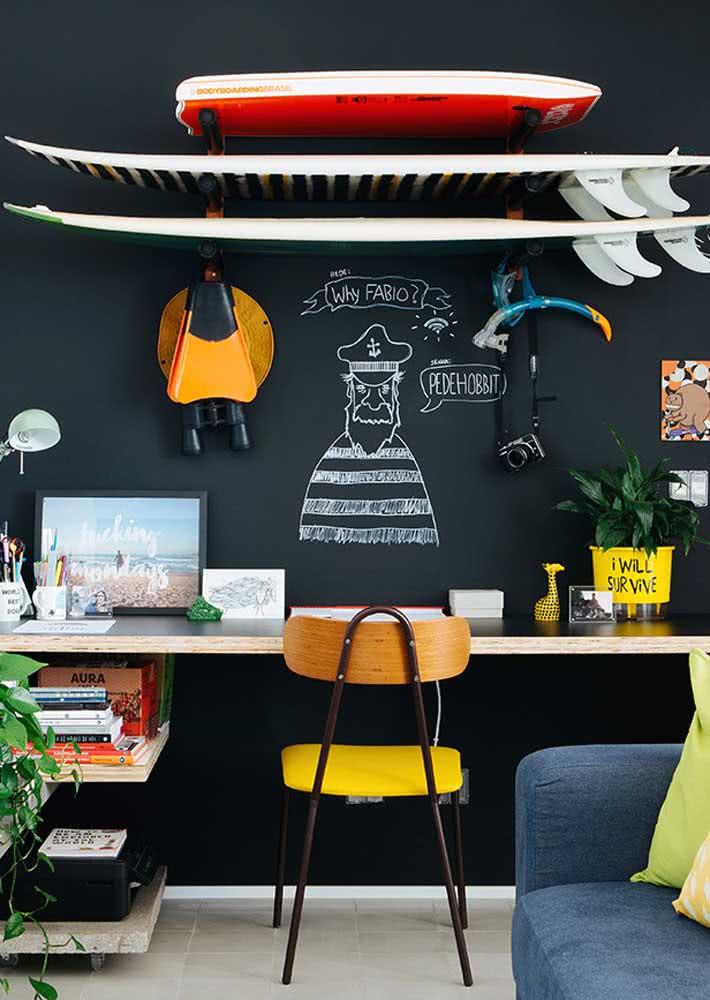 Uma parede preta pode facilmente virar uma lousa