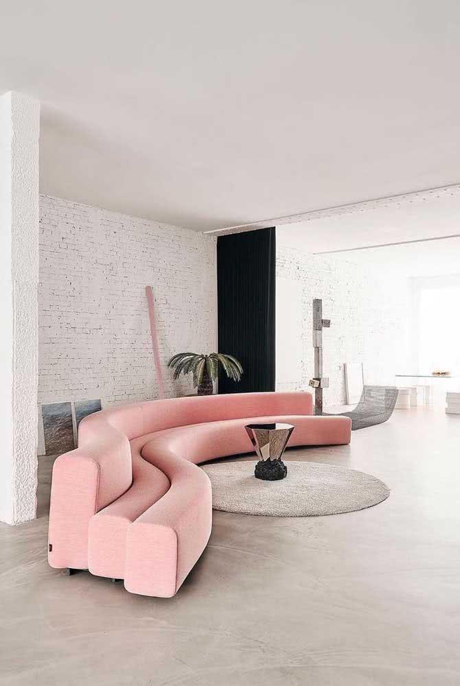 As linhas curvas transformam esse sofá sem braço em um legitimo representante dos ambientes contemporâneos