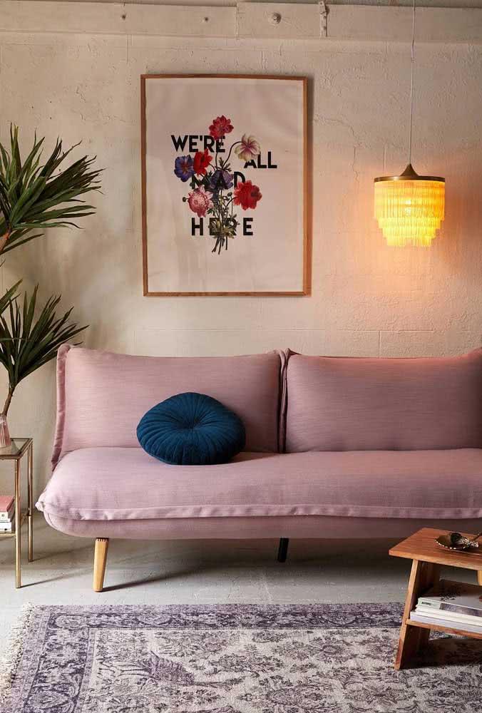 Um sofá sem braço para combinar com o estilo descontraído da sala de estar