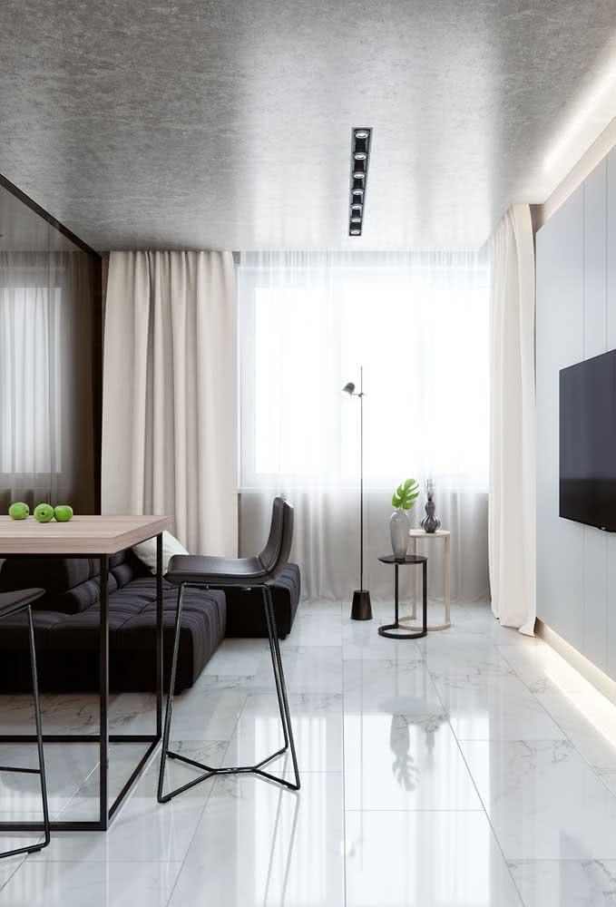 Sofá sem braço preto com chaise combinando com os detalhes na mesma cor