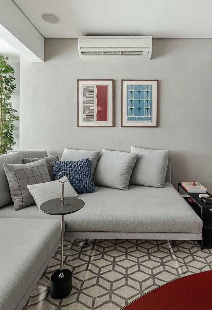 As linhas retas e a cor cinza são a cara de um sofá sem braço moderno