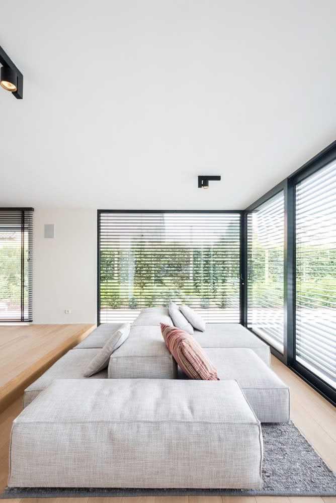 Sofá sem braço servindo a dois ambientes ao mesmo tempo sem perder o charme e a elegância