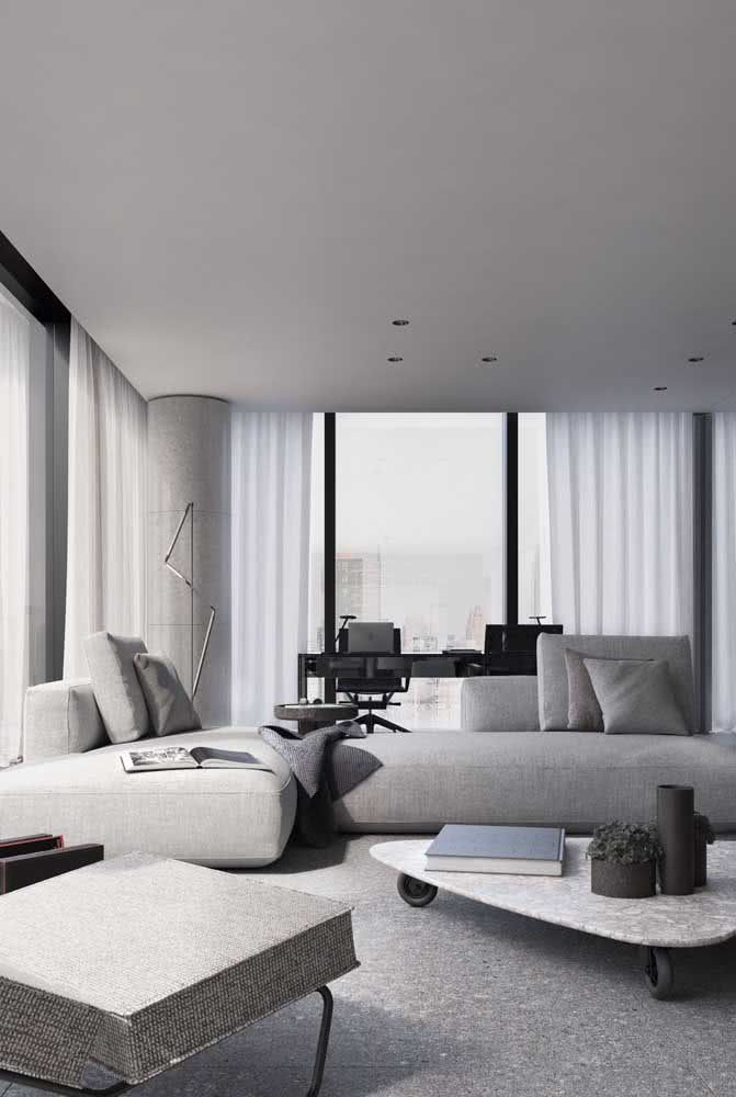 Aqui, o sofá sem braço entra na paleta de subtons do cinza