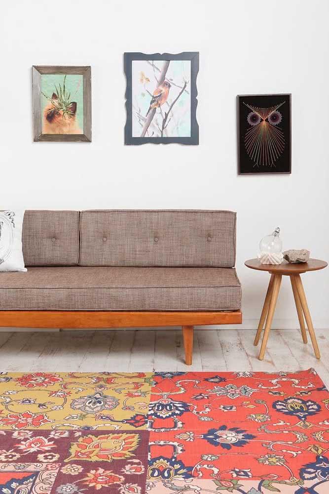 Sofá sem braço com estrutura de madeira e revestimento em linho. Toque retrô no ar