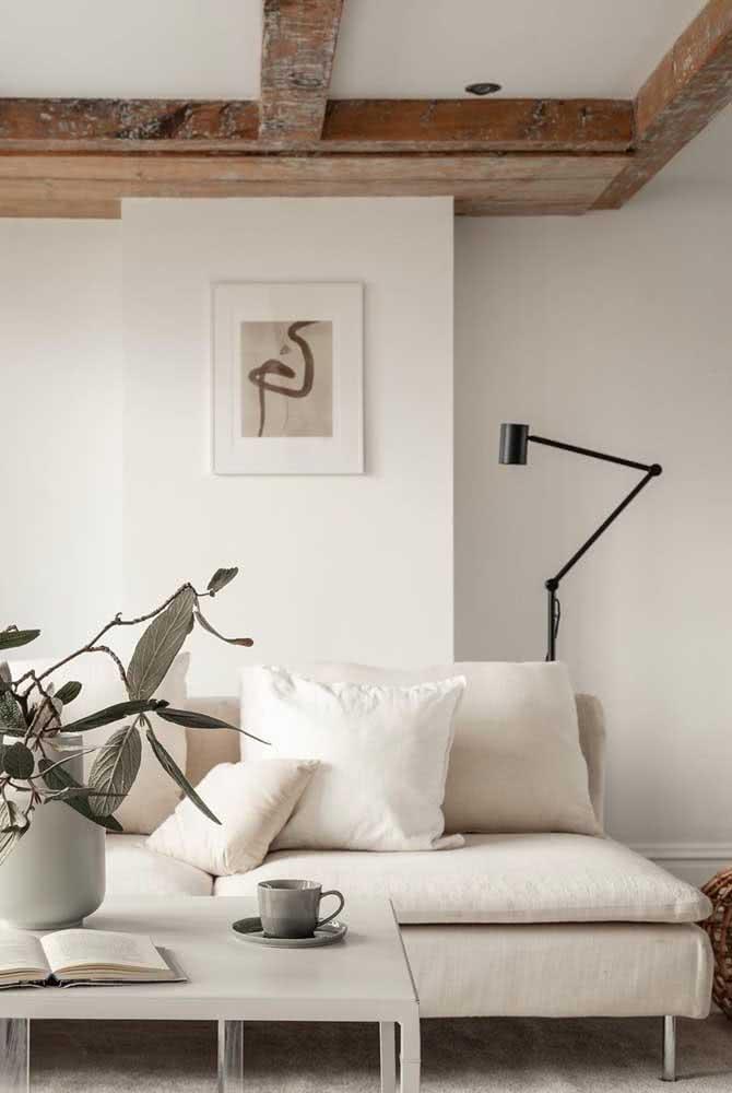 Sofá sem braço em tom Off White combinando com a paleta de cores do ambiente