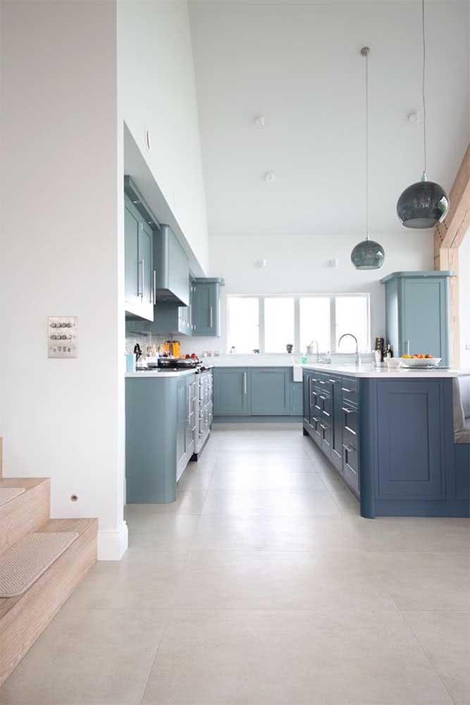Porcelanato retificado acetinado na cozinha: visual clean e uniforme