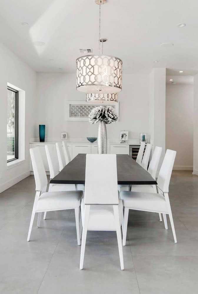 Um piso de cor clássica para acompanhar o charme e sofisticação da sala de jantar