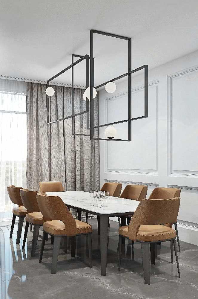 Já por aqui, a opção foi um porcelanato marmorizado polido para destacar o estilo sofisticado e contemporâneo da sala de jantar