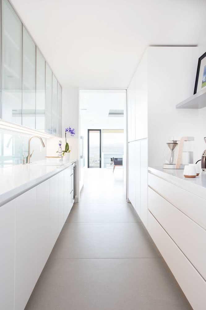 Um porcelanato de efeito minimalista assim como a cozinha