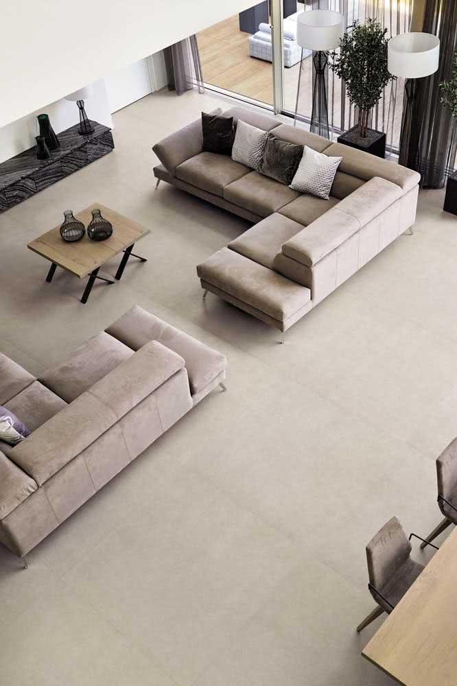 Com juntas mínimas de rejunte, o porcelanato retificado cria a sensação de um piso monolítico
