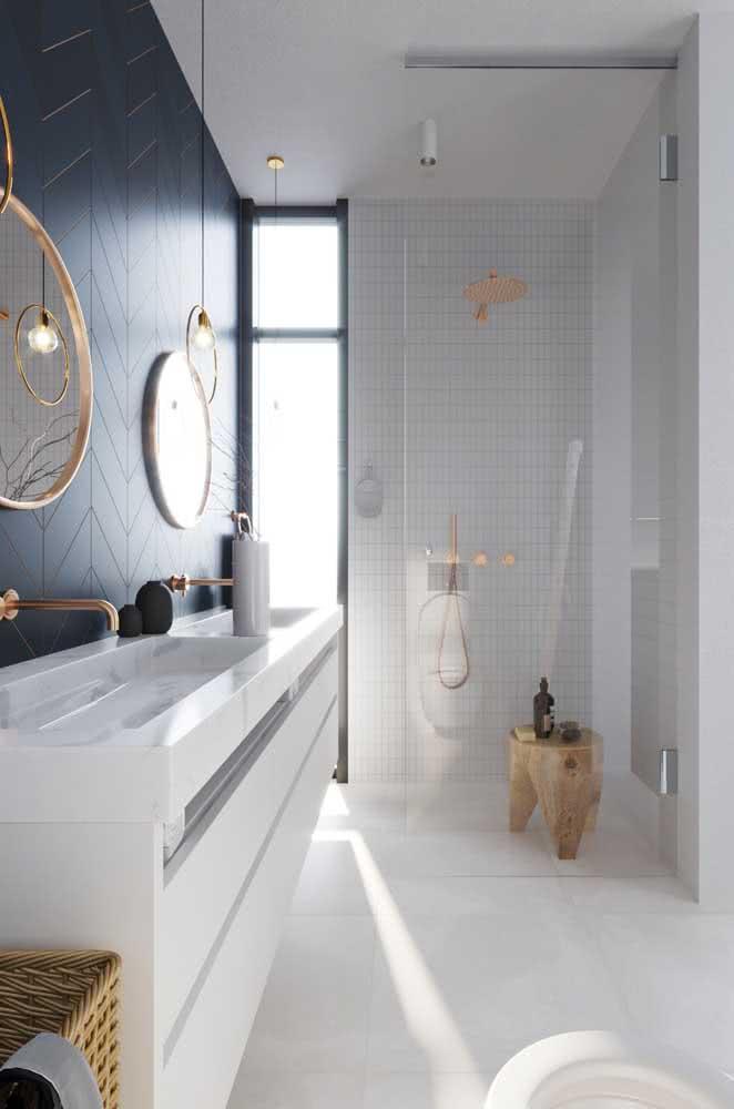Uma inspiração para te fazer repensar o uso do piso branco em banheiros...