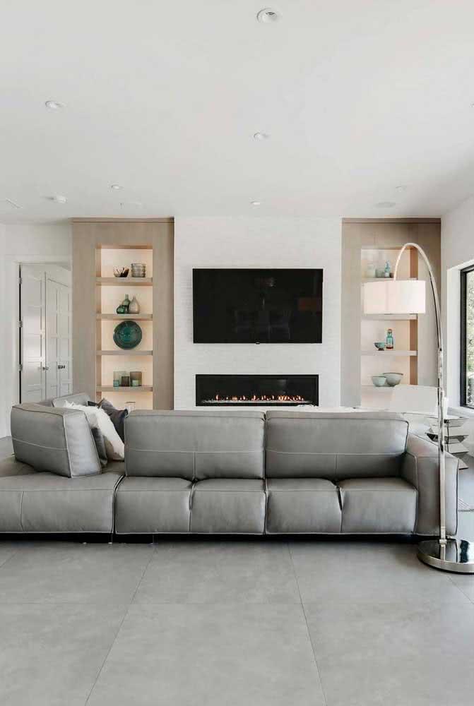 Porcelanato retificado cinza combinando com o sofá