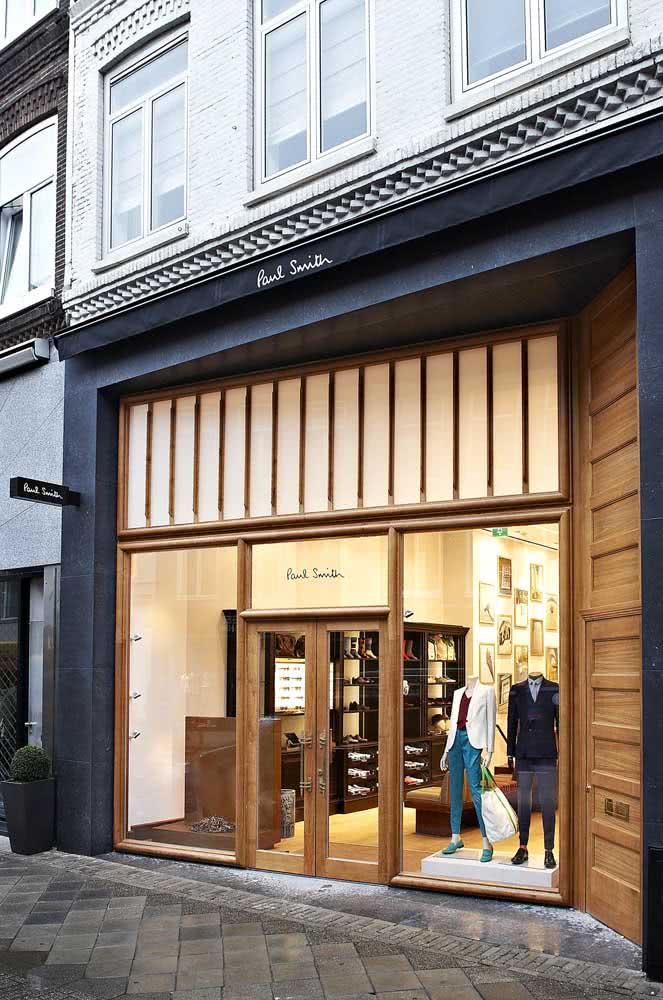 Fachada de loja de roupas revestida em madeira: sofisticação e receptividade ao cliente