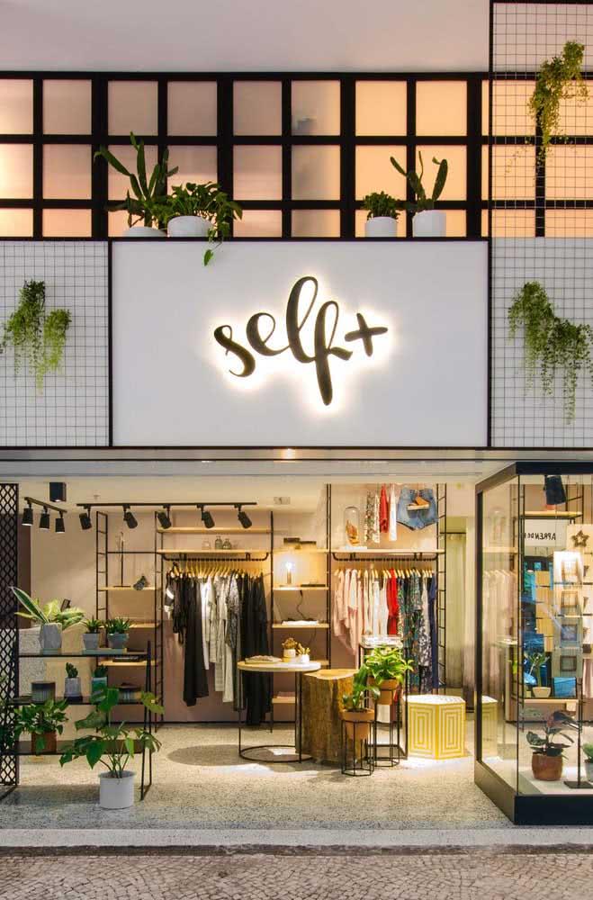 Fachada de loja luminosa e decorada com plantas: o básico sempre funciona