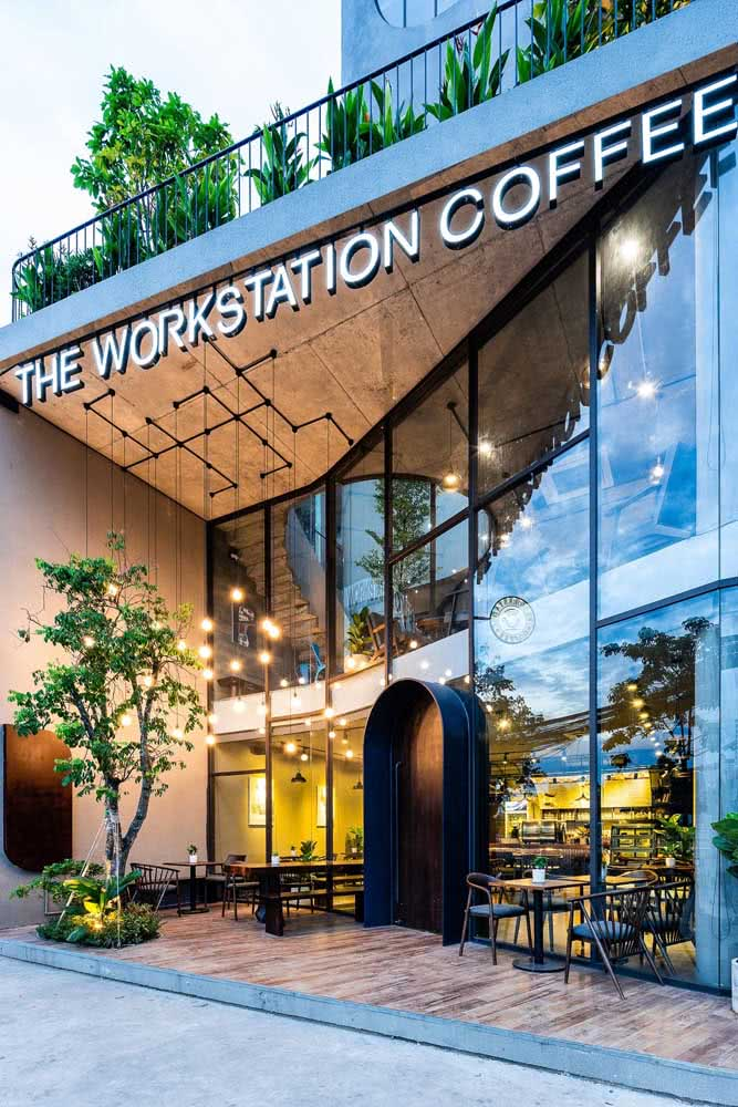 Já para a fachada do café a intenção é conquistar o cliente com uma estética acolhedora e moderna