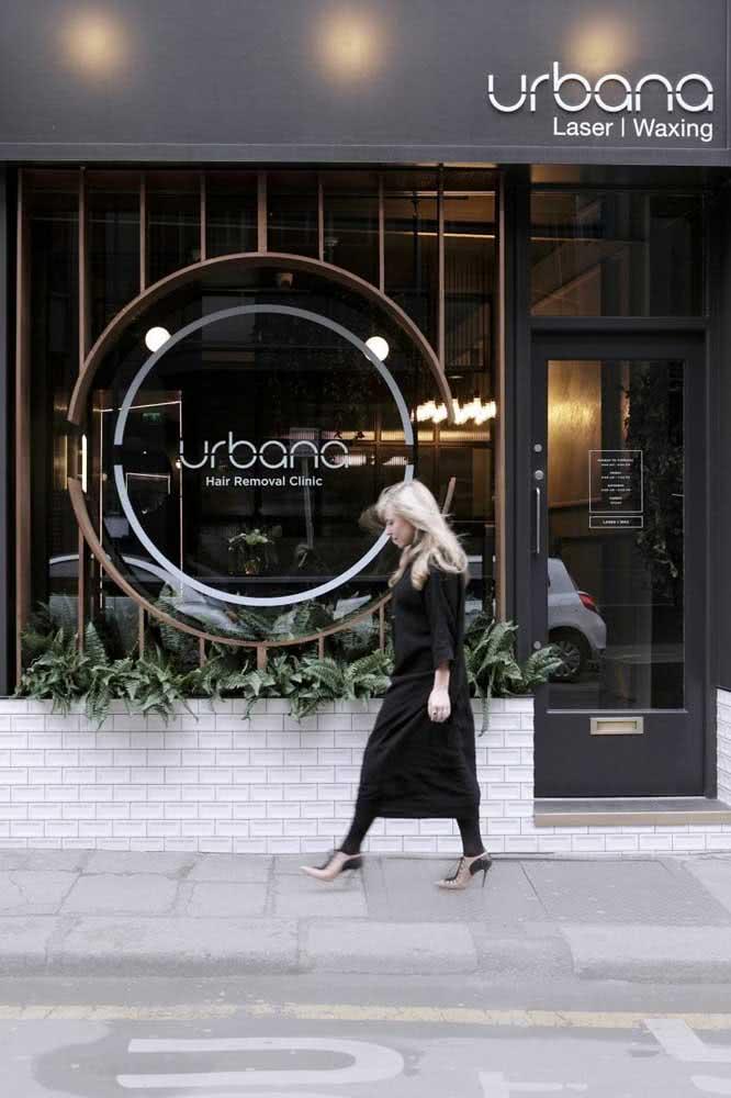Fachada de loja de roupas totalmente integrada com a identidade visual da marca