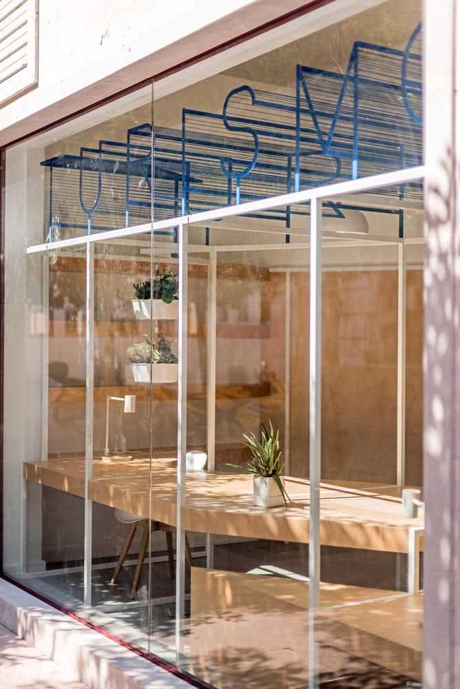 Fachada de vidro para uma loja de turismo: uma empresa transparente, literalmente
