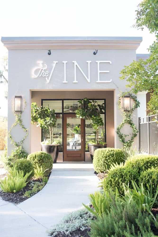 Plantas, espelhos e cores neutras trazem sofisticação para a fachada da loja