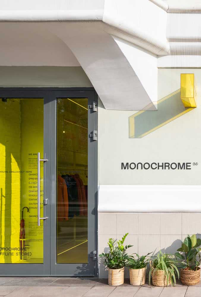 Cinza e amarelo: a cor da marca na fachada da loja