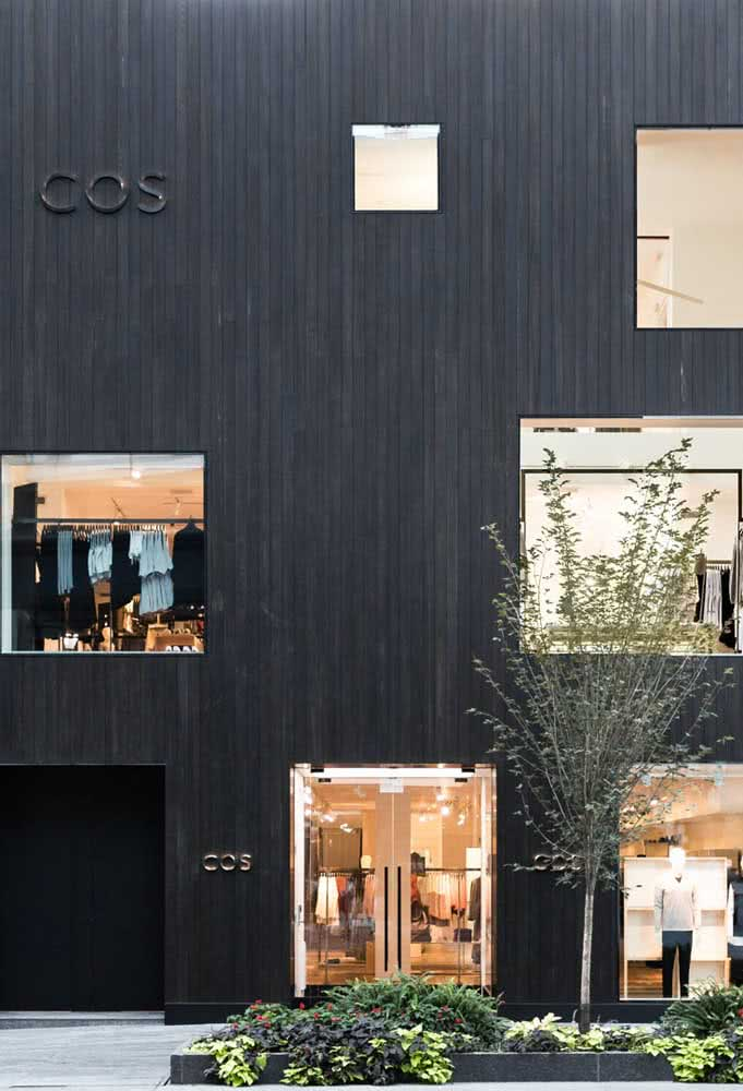 """Fachada de loja preta: as """"janelas"""" aguçam a curiosidade de quem passa"""