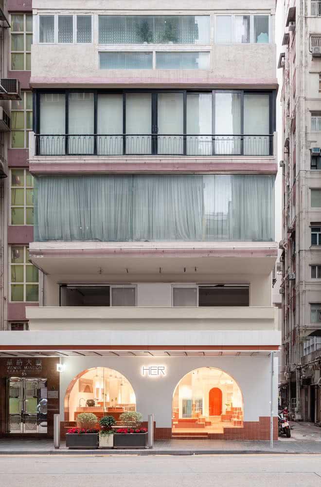 Um bom projeto de iluminação dentro da loja acaba refletindo também na fachada