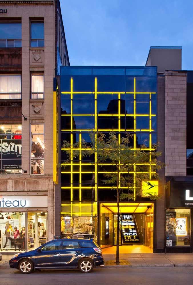Uma fachada iluminada para ser vista de dia e de noite