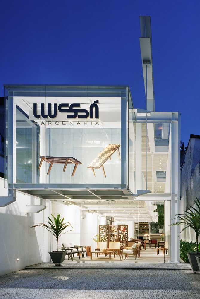 Fachada de loja futurista que valoriza os produtos com criatividade