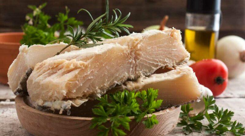 Como dessalgar bacalhau: veja como fazer de forma prática