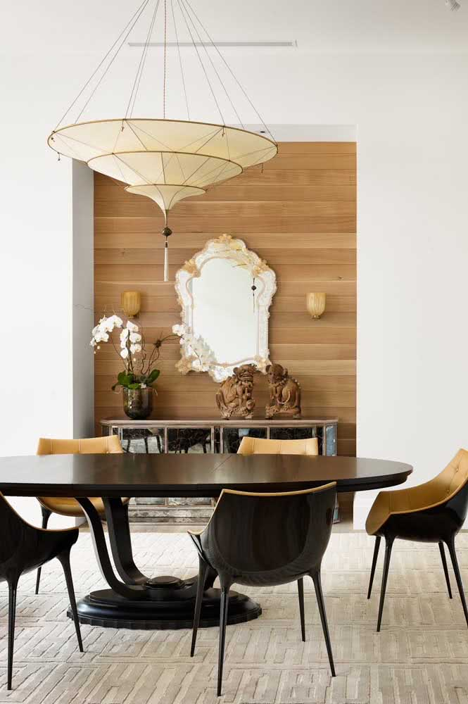 A base de madeira maciça dessa mesa é o maior destaque da sala de jantar