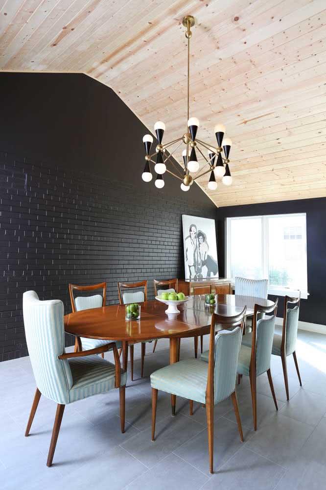 Mesa oval de madeira maciça para uma sala de jantar clássica
