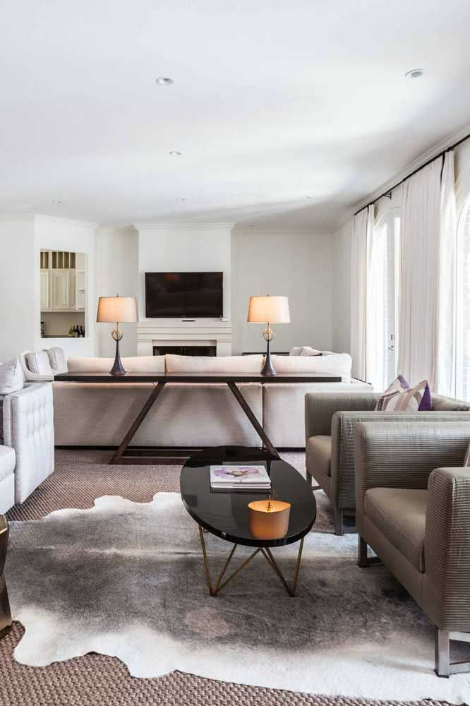 Já por aqui, os lustres e as cadeiras modernas ajudam a compor o visual da cozinha de madeira